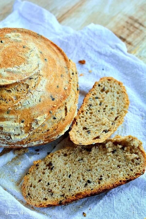 Cea mai simplă reţetă de pâine cu maia naturală. Cu făină neagră şi seminţe.