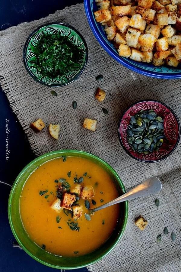 Supă-cremă de roşii galbene cu pătrunjel