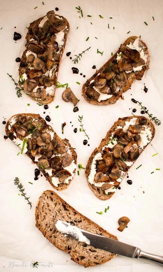 Crostini cu cremă de brânză şi ciuperci