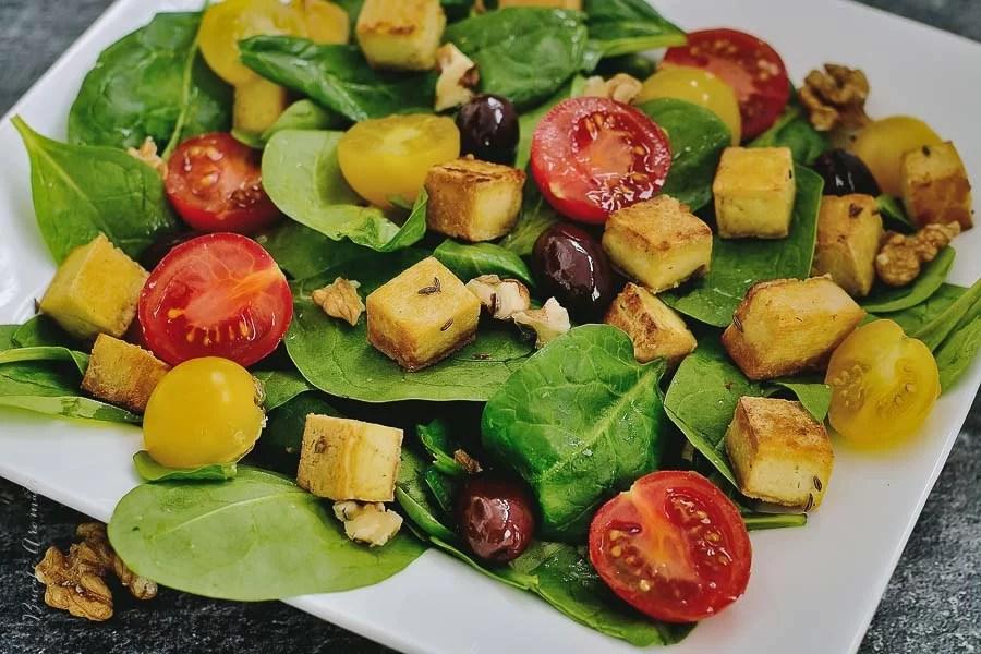 Salată de spanac cu tofu crocant şi roşii cherry