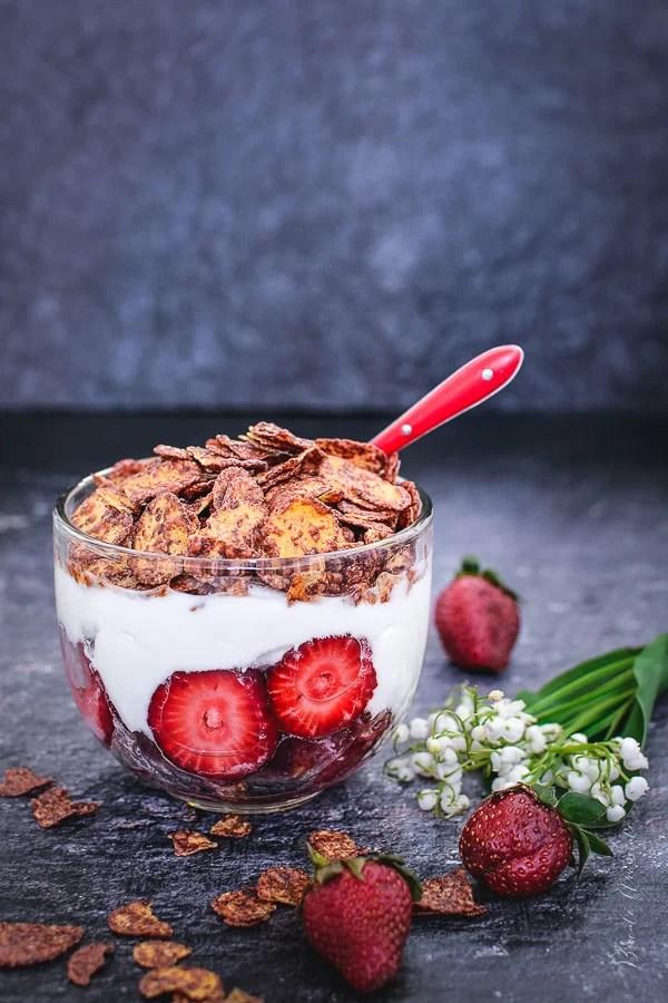 Mic dejun cu căpșuni, iaurt și fulgi de porumb cu ciocolată