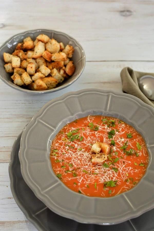 Supă cremă de morcovi și ardei cu cașcaval și crutoane