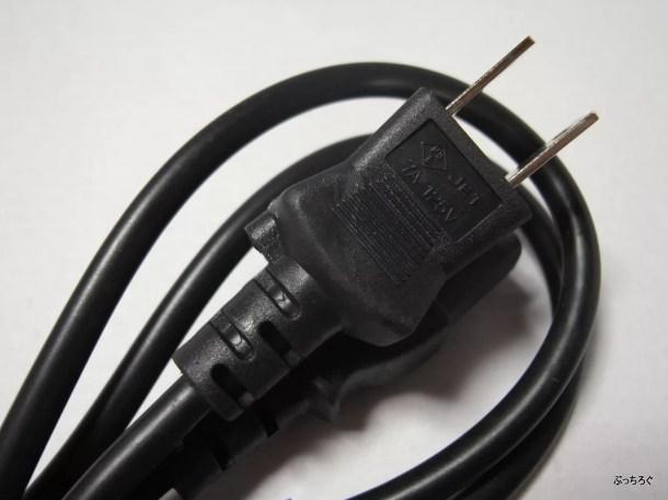 付属の電源ケーブルは廉価な感じ