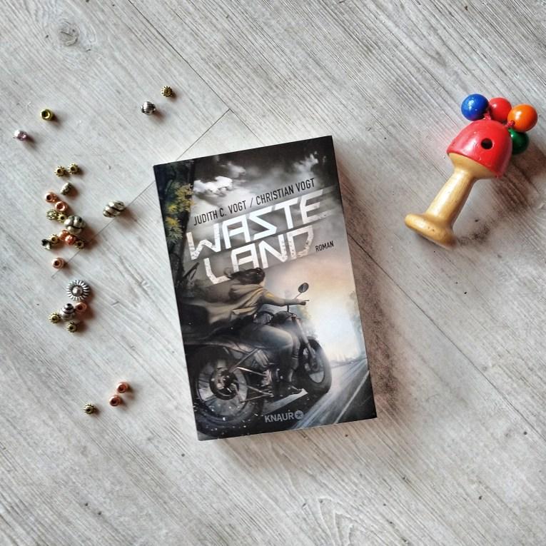 Das Cover von Wasteland zeigt eine Frau auf einem Motorrad von hinten