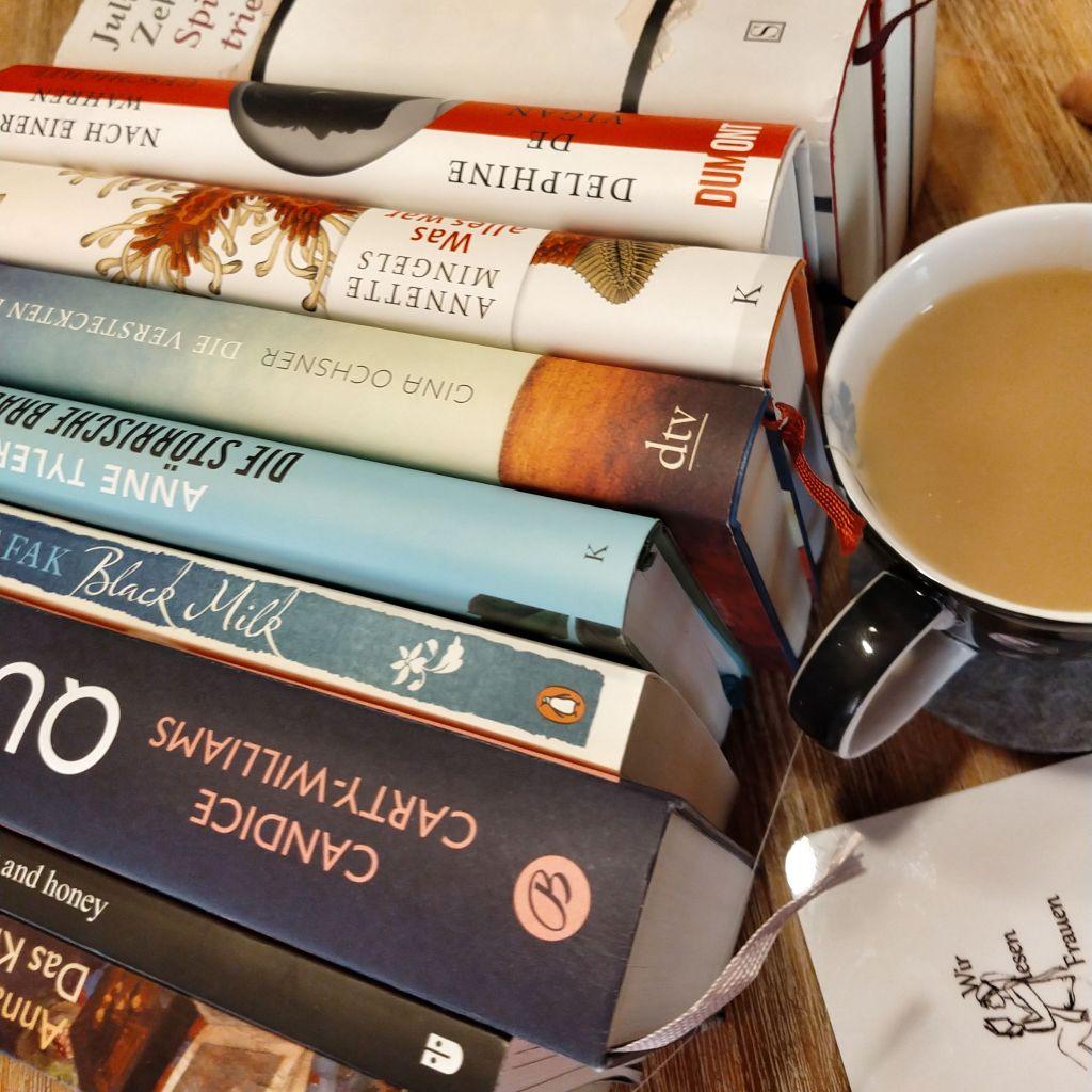 Verschiedene Bücher von Autorinnen, die weibliche Perspektiven behandeln