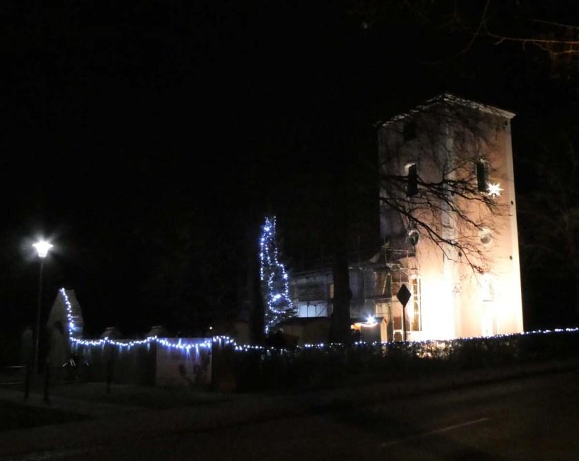 angestrahlter Kirchturm mit weihnachtlicher Beleuchtung