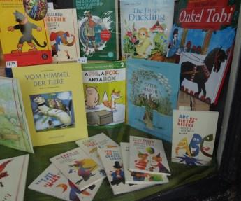 Kinderbücher im Osterfenster