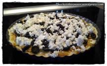 Oliven und Feta-Käse kommen noch drauf und ab in den Ofen