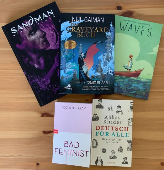 fünf Bücher, die neu im Buchladen gekauft wurden: Neil Gaiman - Sandman 4, Neil Gaiman - Das Graveyard Buch, Ingrid Chabbert - Waves, Roxane Gay - Bad Feminist, Abbas Khider - Deutsch für Alle