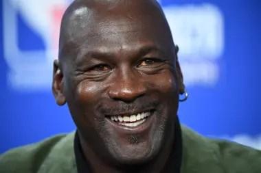 Jordan tiene 57 años; a comienzos de los años noventas la incipiente internacionalización de la NBA llevó la imagen de su máxima estrella a otros países y a muchos hogares que no conocían la liga.
