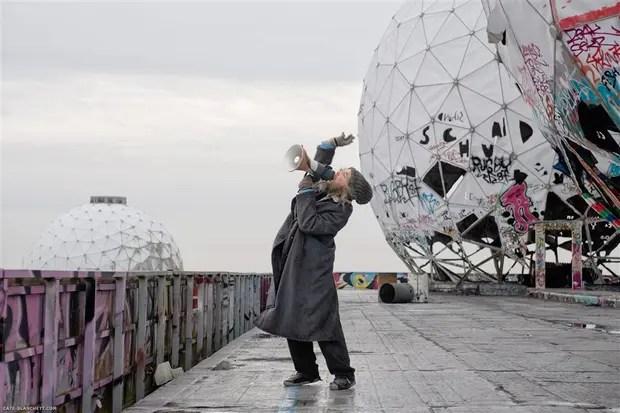 En una escena de Manifesto filmada en las afueras de Berlín, Cate Blanchett declama el Manifiesto Situacionista de Guy Debord. Foto: Gentileza Fundación Proa