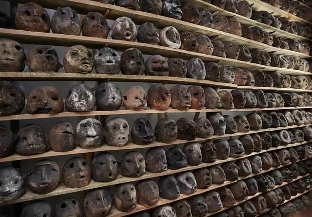 TOMÁS ESPINA. Detalle de la instalación Haití, realizada con cabezas de terracota