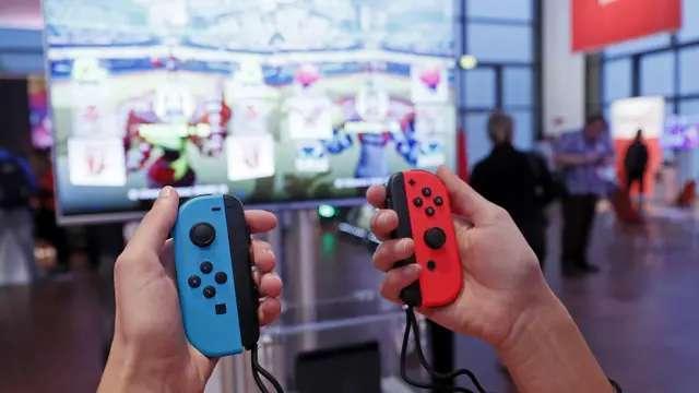 Cuando la consola está conectada a una pantalla, los controles se desmontan y se usan al estilo tradicional