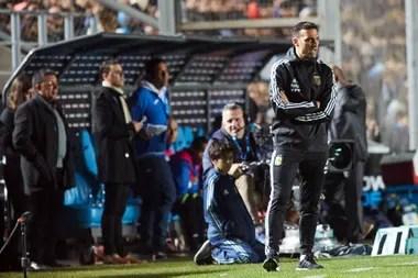 El entrenador argentino, Lionel Scaloni, da indicaciones durante el partido entre Argentina y Nicaragua