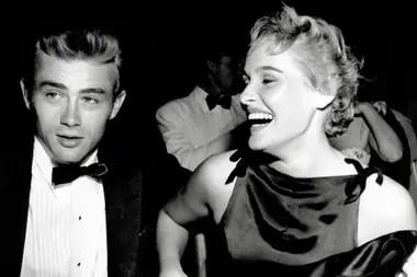 Otra conquista: Dean junto a la actriz Ursula Andress, en agosto de 1955, durante una cena de gala a la que asistieron como pareja