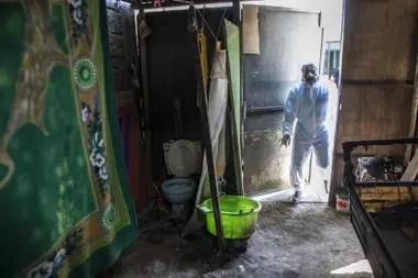 la labor de recoger los cuerpos recae en personas como Jhoan Faneite, de 35 años, y Luis Zerpa, de 21, que abandonaron Venezuela hace dos años para huir de la crisis económica de su país
