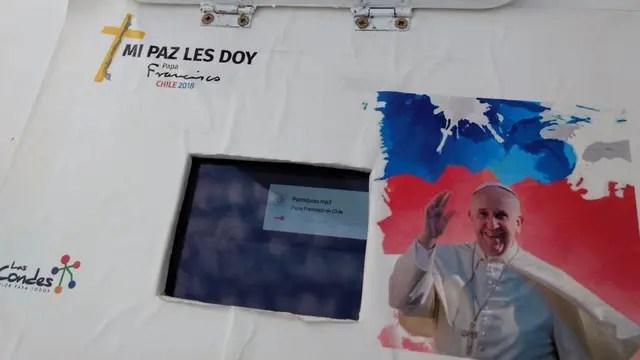 La estatua tiene una tablet que permite interactuar con el Papa