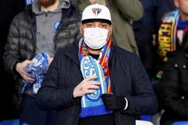 Un hincha de Napoli, con barbijo, el 25 de febrero de 2020 en el San Paolo, antes del partido entre el club italiano y Barcelona, por la ida de los octavos de final de la Champions.