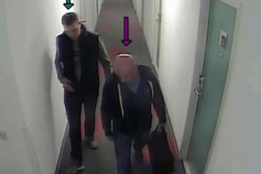Cámaras de seguridad captaron a Hughes (i) reuniéndose en un hotel con Gheorghe Nica