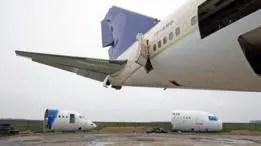Aviones sacados de circulación yacen desperdigados por el antiguo campo de la Real Fuerza Aérea británica.