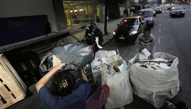 Un grupo de recuperadores recolectaba papeles, ayer, en Monserrat