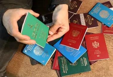 Un funcionario kurdo muestra los pasaportes de combatientes extranjeros capturados de Estado Islámico