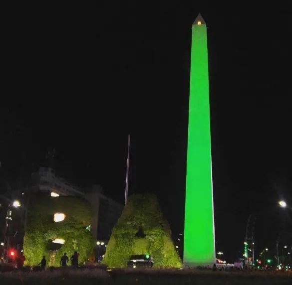 El Obelisco teñido de verde por las víctimas de la tragedia aérea