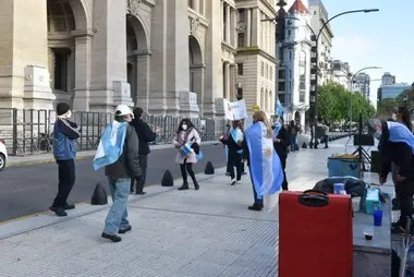 Varias personas se manifiestan en la puerta de los tribunales de la calle Talcahuano