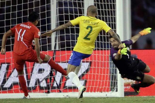 La acción de la controversia: Ruidíaz empuja la pelota a la red y marca el 1-0 para Perú foto: AP