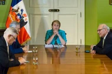 Tanto Muñoz como Grossman (en esta imagen de 2017 junto a Alfonso Silva, coagente de Chile ante La Haya) fueron parte importante del grupo que lideró la defensa de Chile en el caso de la CIJ contra Bolivia.