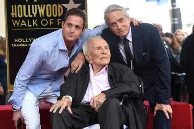 El fallecido Kirk Douglas junto a su familia