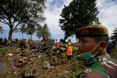 El tsunami se cobró la vida de cientos de personas; los rescatistas trabajan en la búsqueda de desaparecidos