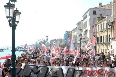 La gente en la calle de Venecia protesta contra los grandes cruceros que contaminan la vista de la ciudad de los enamorados.