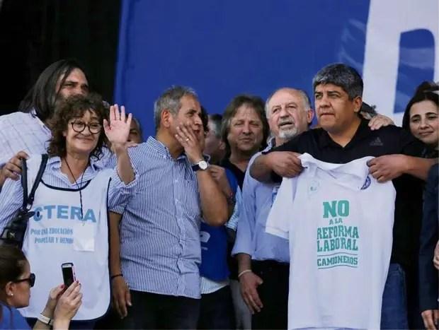 Alesso, Baradel, Palazzo, Yasky y Pablo Moyano, ayer, frente al Congreso