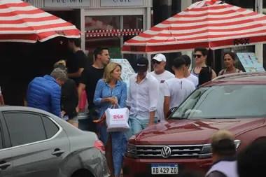 Martín Redrado y Lulú Sanguinetti realizaron algunas compras y aprovecharon el día para caminar