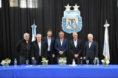 Claudio Tapia concentra el poder del fútbol argentino, con los presidentes de los cinco clubes grandes avenidos a su conducción.