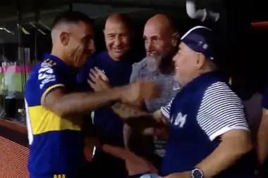 Aunque amigos, Carlos Tevez y Diego Maradona dieron opiniones enfrentadas sobre los ingresos de los futbolistas.