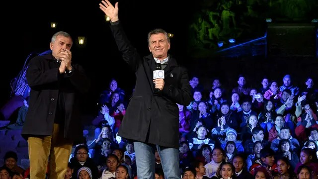 El presidente Mauricio Macri, acompañado por Morales, habló frente al Monumento de la Independencia. Foto: Presidencia