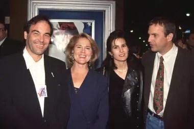 Costner junto a su esposa y Oliver Stone, en el estreno de JFK