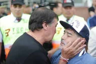 El saludo entre Falcioni y Maradona: rivales como jugadores, hace cuatro décadas; adversarios este viernes como entrenadores