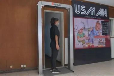 La puerta sanitaria de Usman tiene un valor de 55 mil pesos y ya cuenta con más de 1500 pedidos
