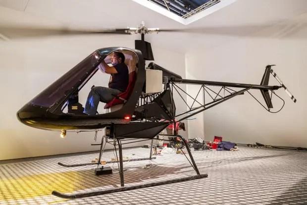Basualdo se sube al helicóptero. El artista contemporáneo, ayer, en el montaje de Freelancer, otra de sus inquietantes instalaciones que se verán en el Espacio Chandon de arteBA. La hélice de su nave está permanentemente girando