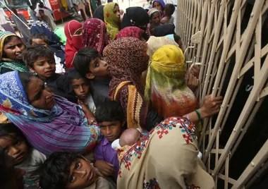 Pobladores del pueblo de Ratodero se agolpan en la puerta del hospital local para realizarse análisis de sangre, por masivo el brote de VIH en la zona