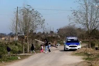 Tanto el personal policial como la Gendarmería hacen presencia en la zona para prevenir enfrentamientos y evitar el ingreso de materiales al predio; sin embargo, las familias continúan construyendo