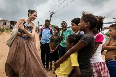 Angelina Jolie es la enviada especial de la Agencia de Refugiados de la ONU. Viajó a la frontera para conocer la situación de los niños migrantes.