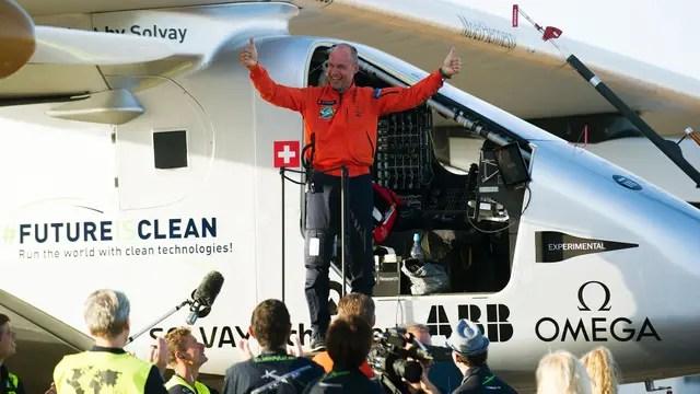 Piccard sale de avión que marcó un nuevo récord mundial