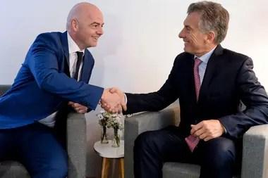Macri junto a Gianni Infantino, titular de la FIFA