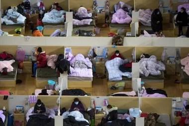 Pacientes infectados descansan en un hospital provisorio en la ciudad china de Wuhan, donde las autoridades tuvieron que construir dos hospitales nuevos para hacer frente a la demanda
