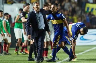 Russo saluda a Tevez, durante un partido. tienen buen feeling
