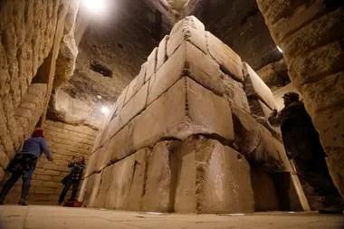 El sarcófago del faraón Djoser, en la base de su pirámida, construida hace 4700 años
